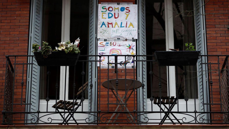Un cartel realizado por niños que invita a quedarse en casa, colgado en el balcón de una vivienda de Madrid (EFE)
