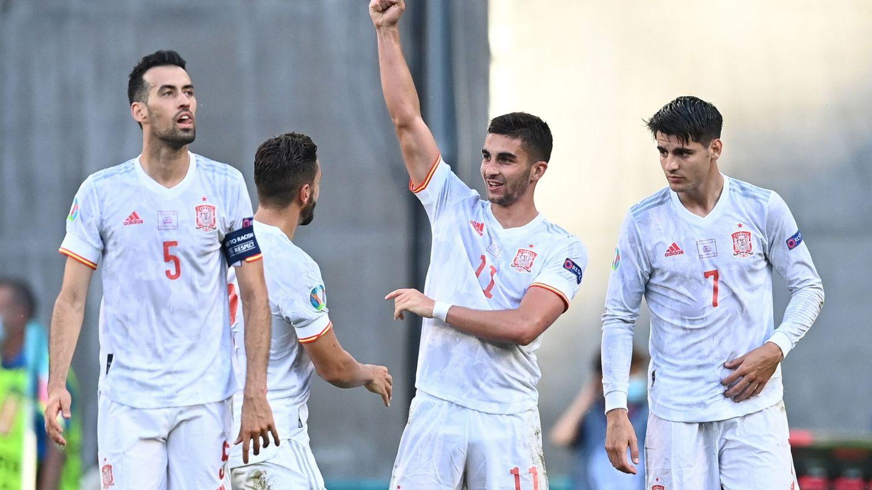 Ferran Torres levanta el brazo para festejar el gol a Croacia. (EFE)