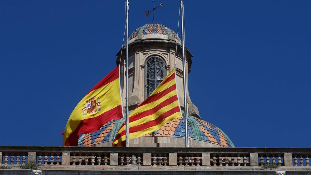 Foto: Las banderas del Palau de la Generalitat ondean en la posición de media asta en señal de luto por las víctimas del covid-19. (EFE)