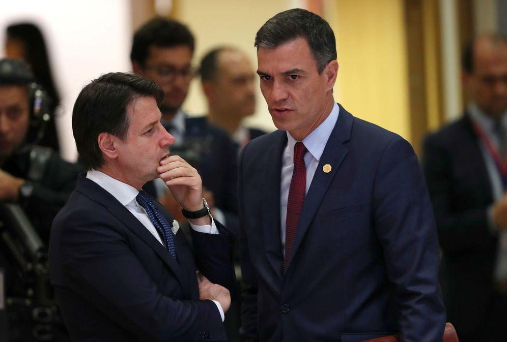 Foto: Pedro Sánchez y el primer ministro italiano, Giuseppe Conte (i), en una cena de líderes europeos, el pasado verano. (Reuters)