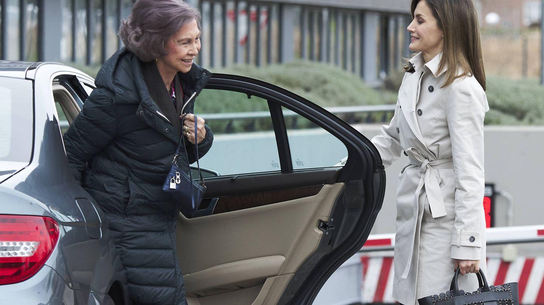 La reina Letizia le abre la puerta a doña Sofía, antes de visitar al rey Juan Carlos. (Getty)