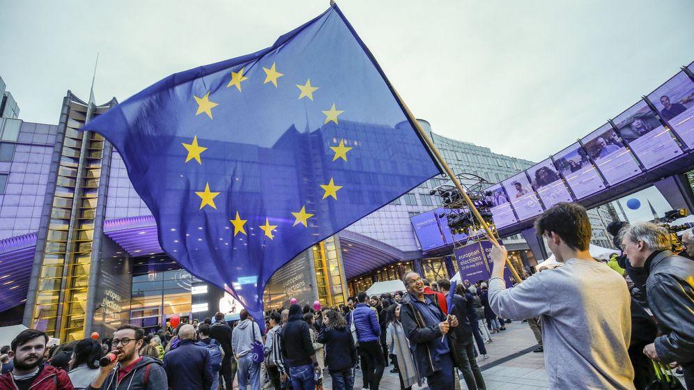 Foto: Un hombre con la bandera de la Unión Europea. (Reuters)