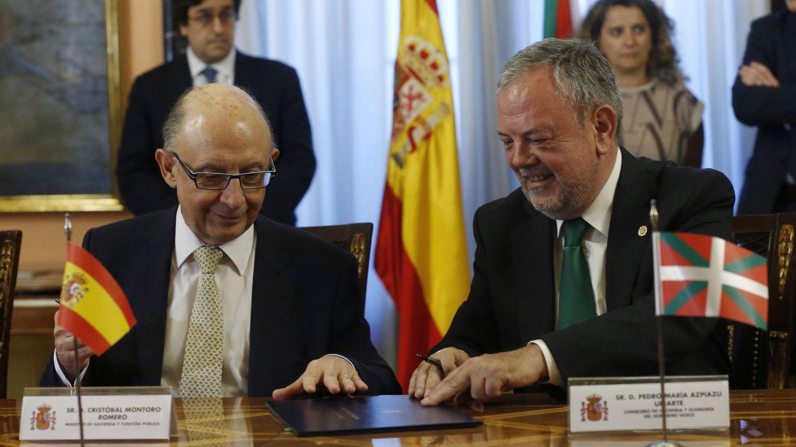 Foto: El ministro de Hacienda, Cristóbal Montoro, y el consejero de Economía y Hacienda vasco, Pedro Azpiazu, en la Comisión Mixta. (EFE)