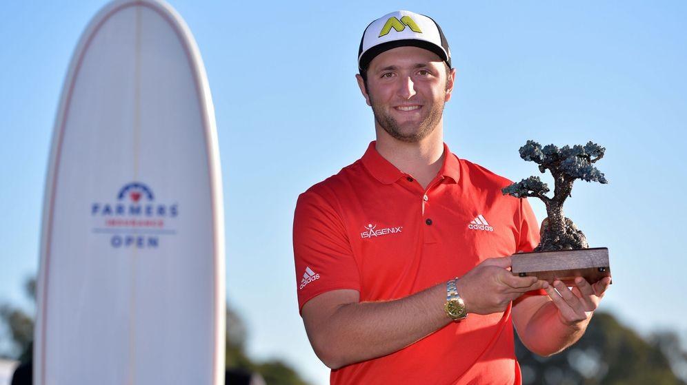 Foto: El golfista español Jon Rahm celebra su victoria en el Farmers Insurance Open de San Diego (Reuters).