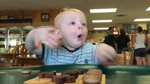 El bebé al que más le gusta comer: caras de admiración por los platos cada vez que los ve