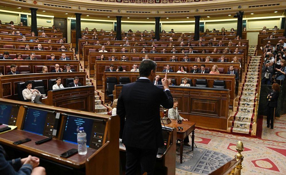 Foto: El presidente del Gobierno en funciones, Pedro Sánchez (de espaldas), responde al líder del PP, Pablo Casado. (EFE)