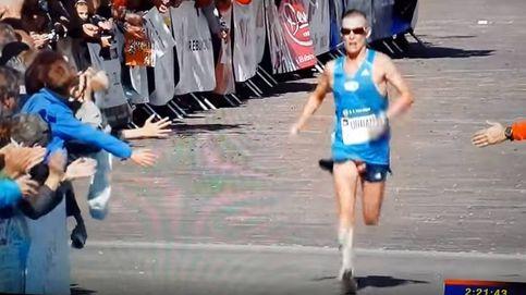 El descuido 'aerodinámico' de este maratoniano al cruzar la meta