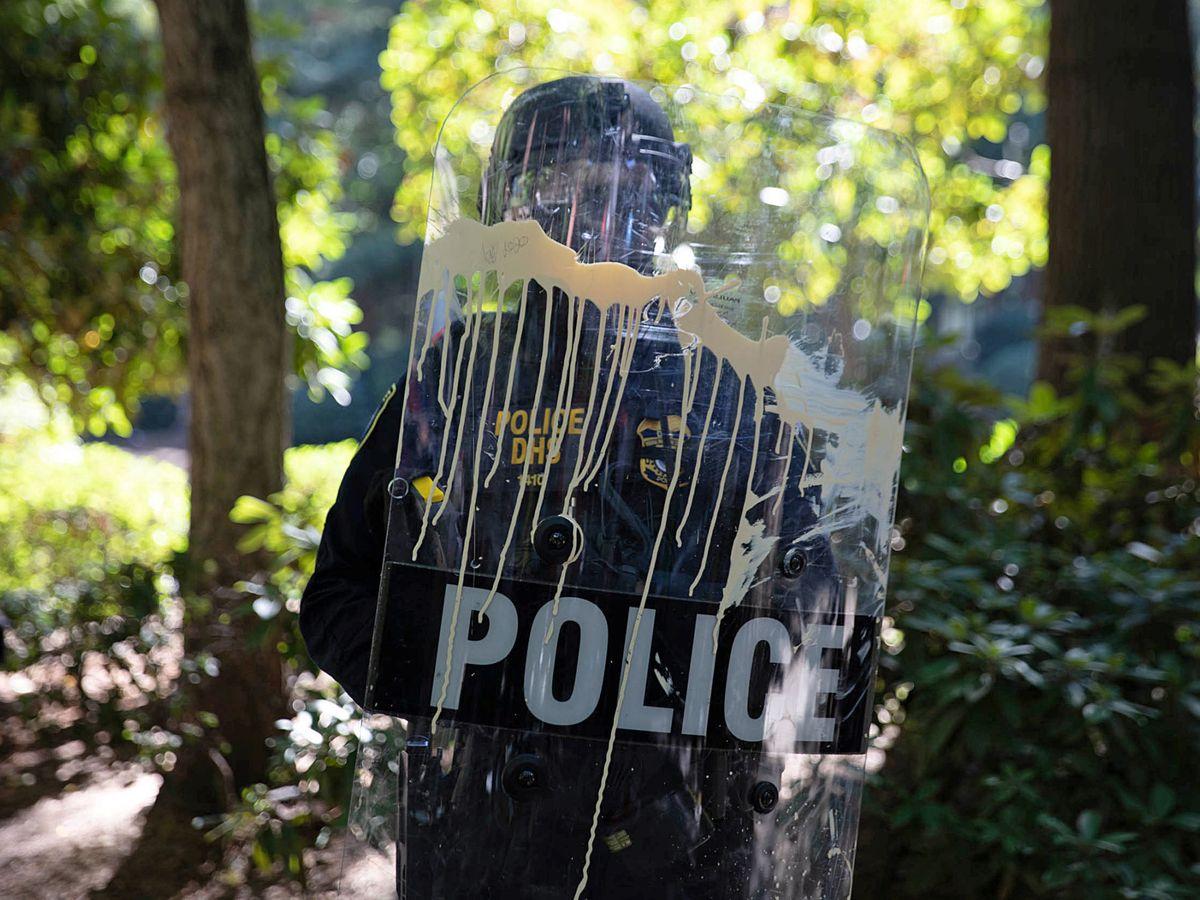 Foto: Un agente de policía de Portland, durante unas protestas el pasado agosto. (Reuters)