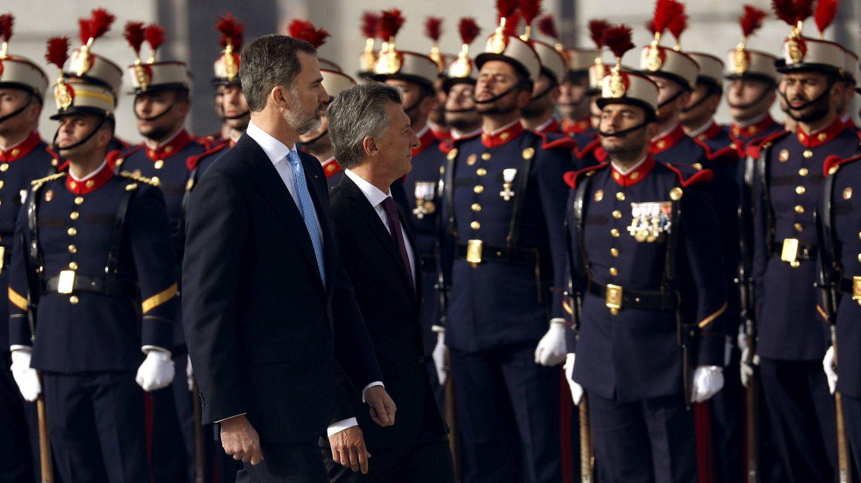 Felipe VI y el presidente de Argentina, Mauricio Macri, en la ceremonia oficial en el Palacio  de Oriente. (EFE)