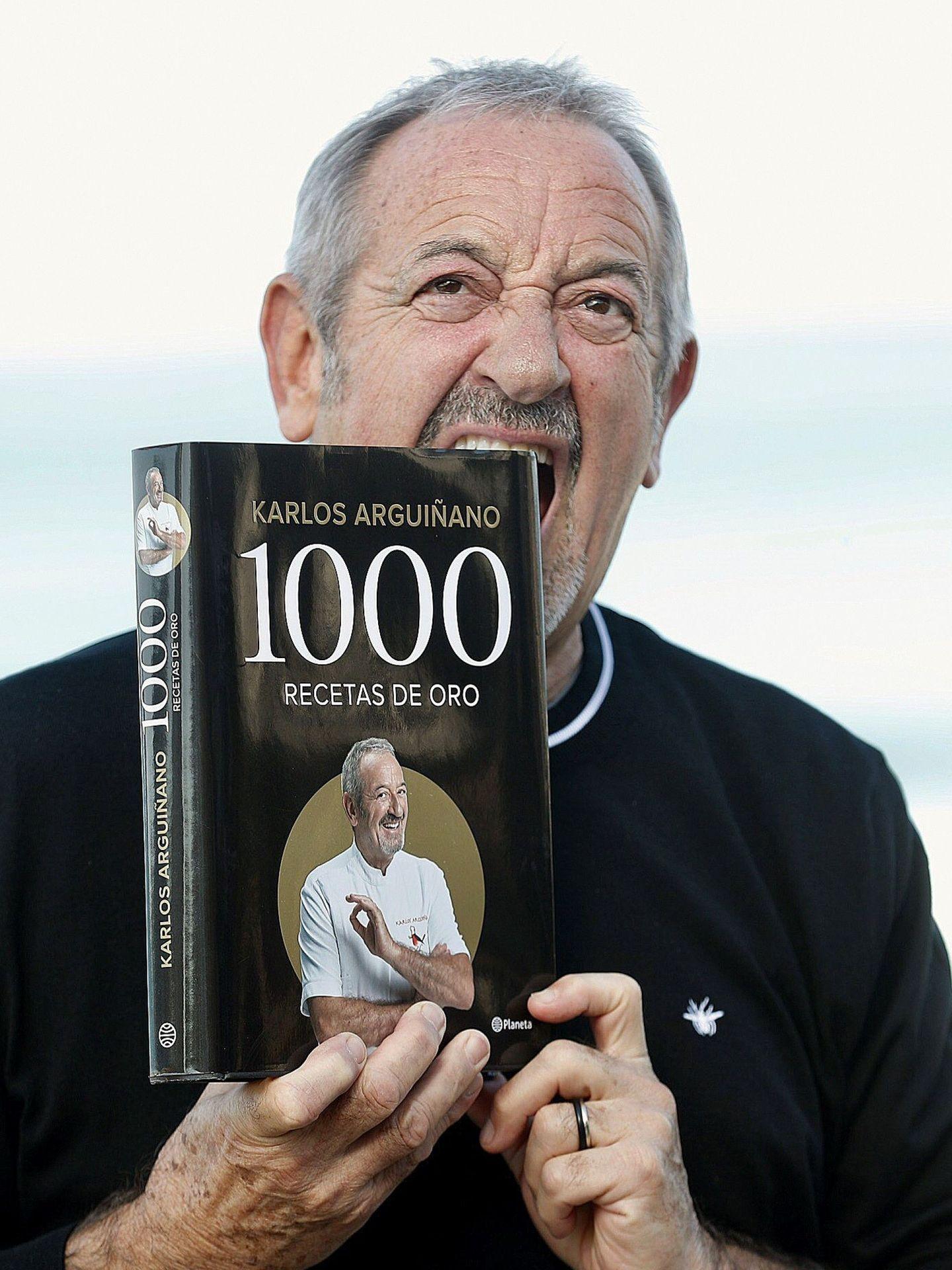 Karlos Arguiñano con su último libro, '1.000 recetas de oro'. (EFE)