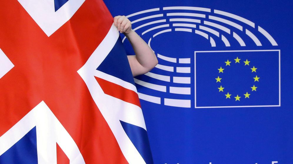 Foto: Bander británica frente al logo del Parlamento Europeo. (Reuters)