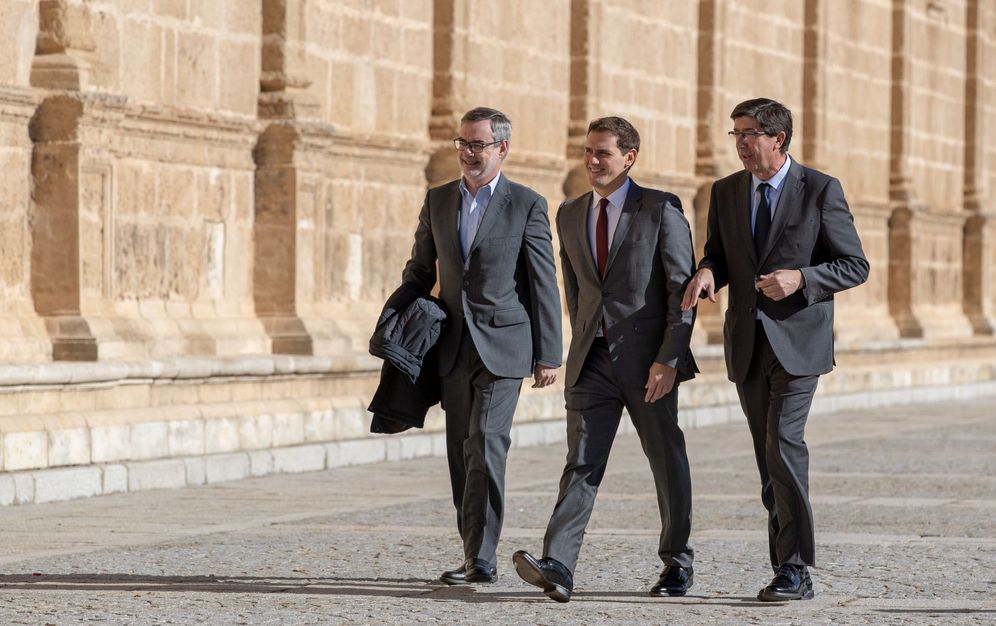 Foto: Villegas, Rivera y Marín antes de reunirse con diputados del grupo parlamentario de su formación política en el Parlamento andaluz en Sevilla. (EFE)
