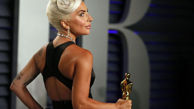 Lady Gaga, ya con su premio, en la fiesta posterior a los Oscar. (Reuters)