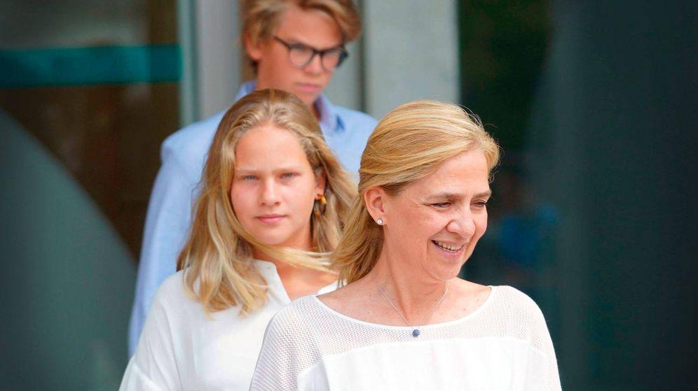 Foto: La infanta Cristina, con dos de sus hijos. (Cordon Press)