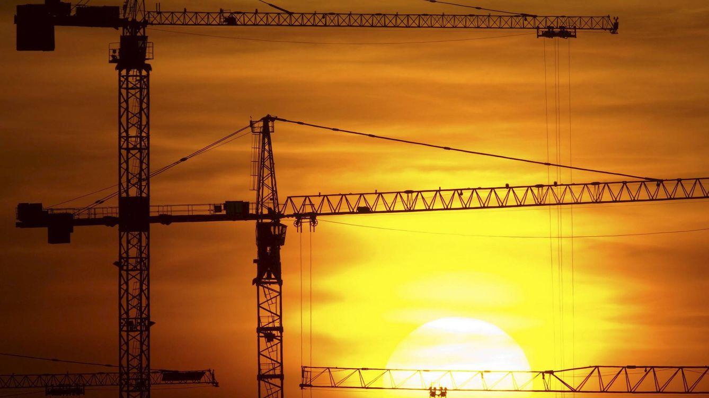 Foto: Grúas del sector de la construcción (Efe)