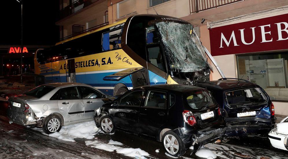 Foto: Dos menores fallecen tras ser arrollado el vehículo en el que se encontraban por un autobús en Estella. (EFE)