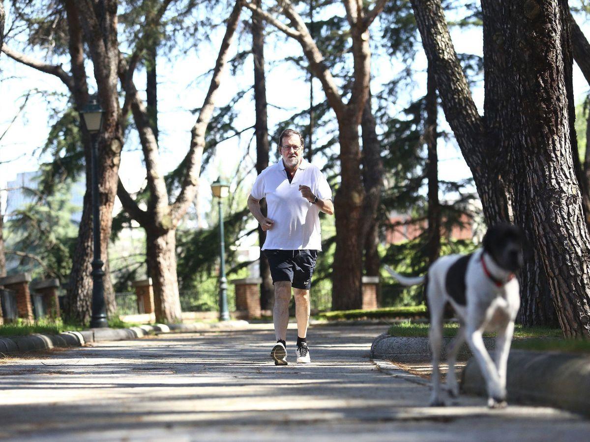 Foto: Mariano Rajoy, durante su caminata matutina en los jardines de la Moncloa cuando era presidente, el 25 de junio de 2016. (EFE)