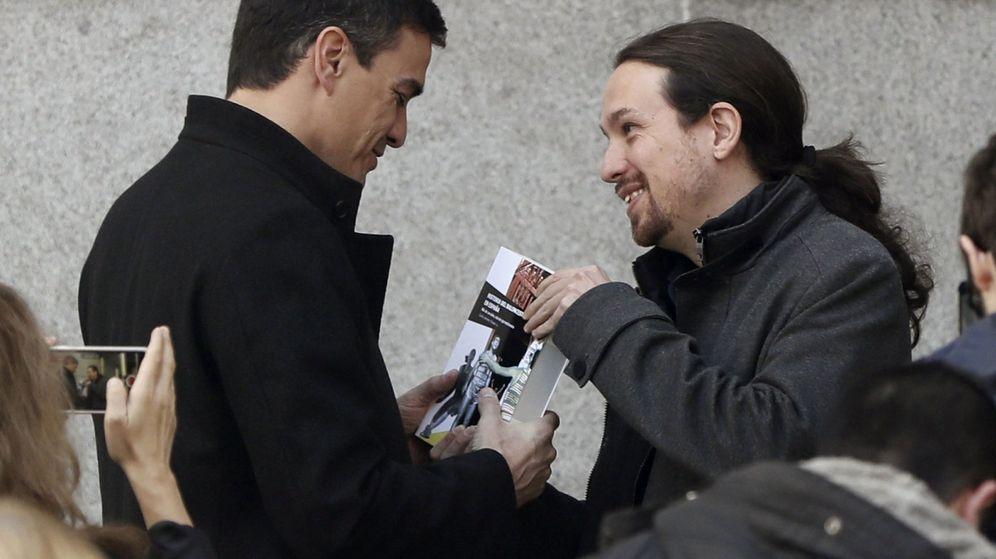 Foto: Pablo Iglesias (d), obsequia a Pedro Sánchez con el libro 'Historia del Baloncesto de España' en su reunión de ayer. (EFE/J. J. Guillén)