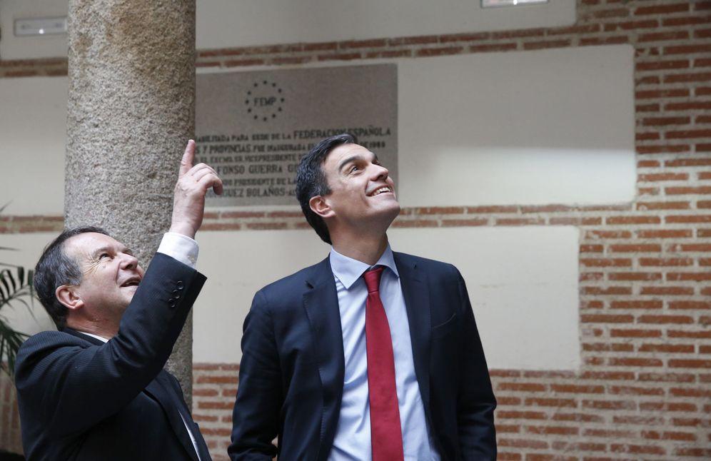 Foto: Pedro Sánchez se reúne con el presidente de la FEMP, el socialista Abel Caballero, también alcalde de Vigo, este 17 de febrero. (EFE)