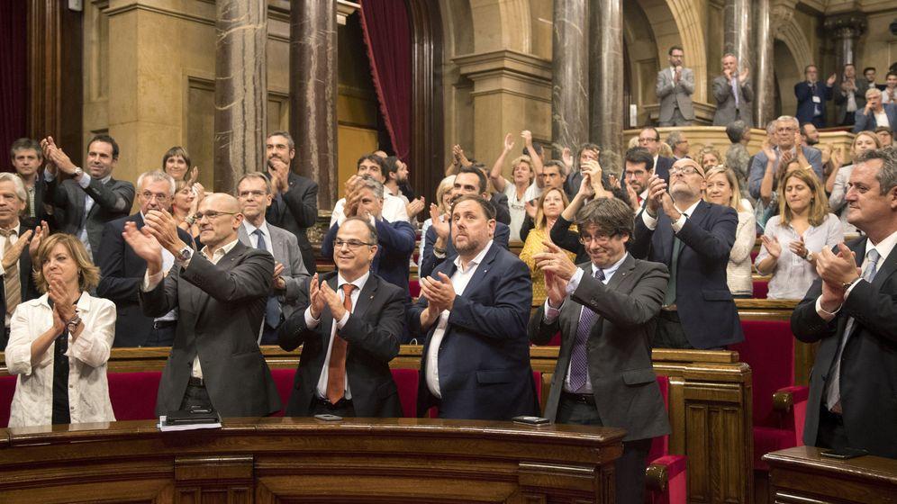 Foto: Carles Puigdemont cruza una mirada cómplice con Carme Forcadell mientras su gabinete aplaude la aprobación de la Ley de Transitoriedad Jurídica. (EFE)