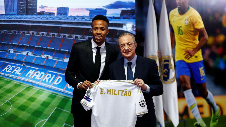 Florentino Pérez y Éder Militao en el antepalco del Bernabéu. (Reuters)