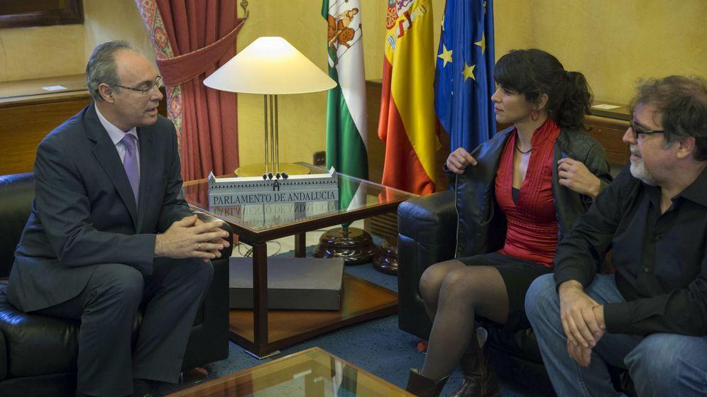 Foto: El presidente del Parlamento andaluz, Juan Pablo Durán, con Teresa Rodríguez (EFE)