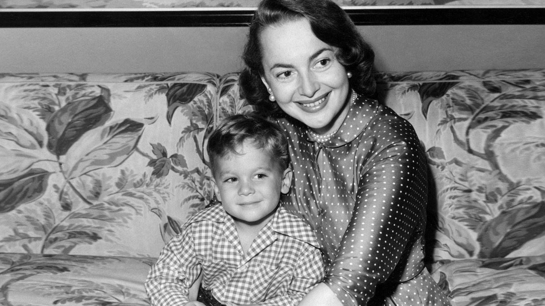 Olivia de Havilland y su hijo Benjamin.(Cordon Press)