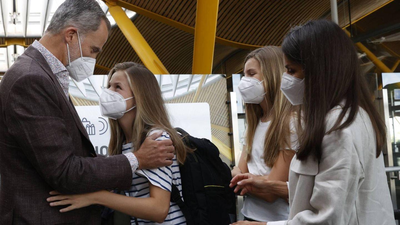 La Princesa de Asturias, en el aeropuerto junto a su familia, se incorpora hoy al UWC Atlantic College de Gales. (Casa de S.M. el Rey)