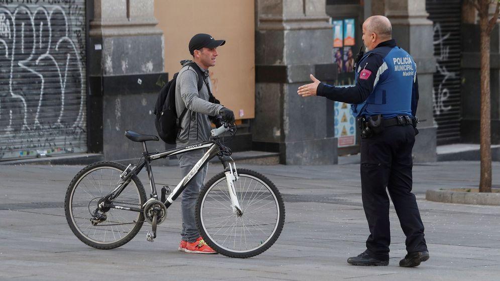 Foto: Policías advierten a viandantes de las restricciones impuestas por el coronavirus