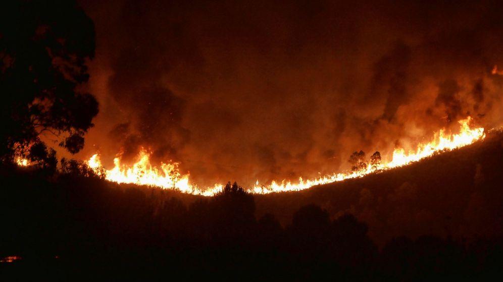 Foto: Incendio forestal declarado este domingo en la localidad de Almonaster, en Huelva. (EFE)