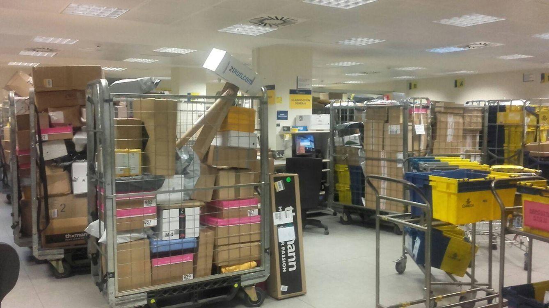 Oficinas de correos desbordadas de paquetes fotogaler as for Oficines de correus barcelona