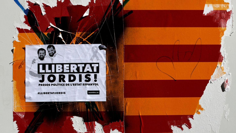 Un cartel en Barcelona pide la libertad para los 'Jordis'. (Reuters)