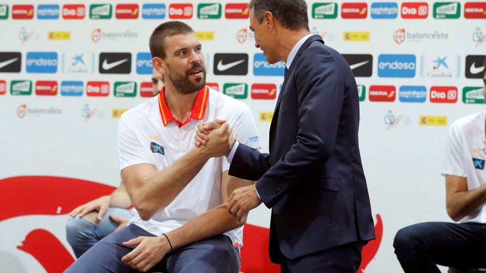 Foto: Pedro Sánchez, con Marc Gasol antes de que la Selección pusiera rumbo a China. (EFE)