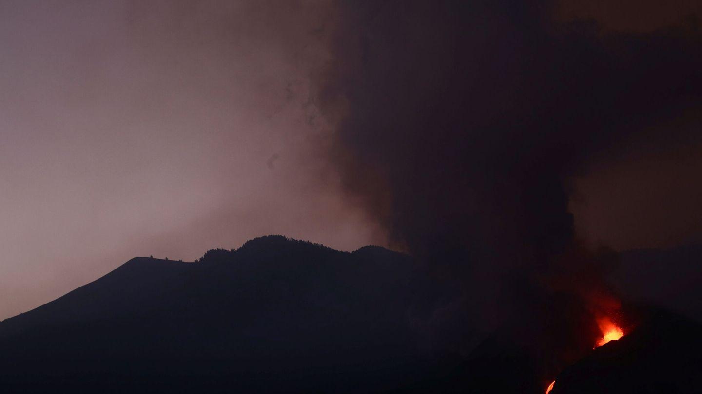 La lava del volcán continúa su avance en la isla. (Reuters)