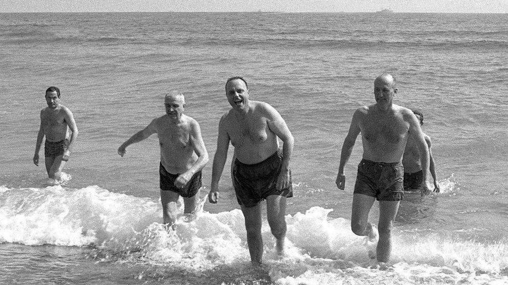 Foto: Fraga y Angier Biddle Duke se bañan en Palomares el 8 de marzo de 1966. (EFE)