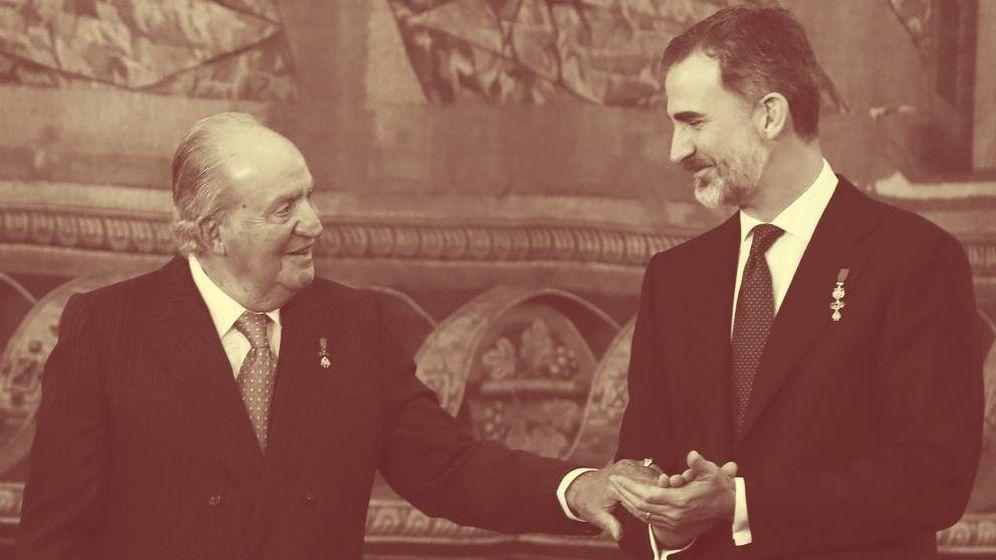Foto: El rey Juan Carlos se dirige a su hijo, Felipe VI, en el Palacio Real el pasado mes de enero. (EFE)