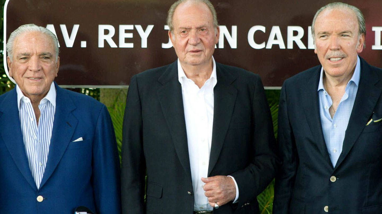 Don Juan Carlos con dos de los hermanos Fanjul. (EFE)