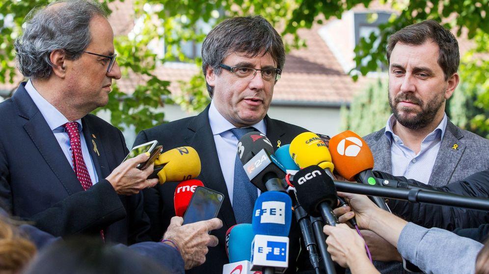Foto: El expresidente catalán Carles Puigdemont (c) atiende a los medios de comunicación después de reunirse con el presidente de la Generalitat, Quim Torra. (EFE)
