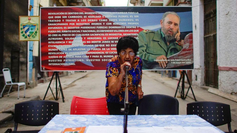Foto: Una integrante de la Comisión Electoral local prueba un micrófono antes de un acto de nominación de candidatos para las asambleas municipales, en La Habana, en septiembre de 2017. (Reuters)