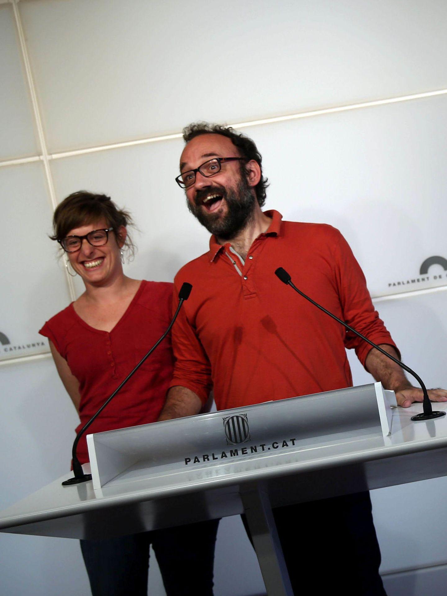 Benet Salellas junto a Mireia Vahí, de la CUP (EFE)