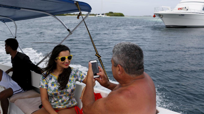 Foto: Turistas brasileños se hacen fotos en un barco en el archipiélago de Los Roques, en mayo de 2015. (Reuters)