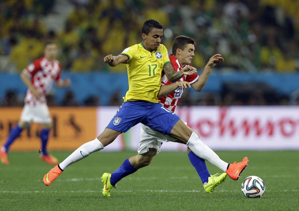Foto: Luiz Gustavo pugna por el esférico con Mateo Kovacic en el estreno mundialista de la canarinha.