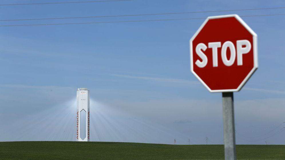 Foto: Señal de Stop con una torre energética al fondo. (Reuters)
