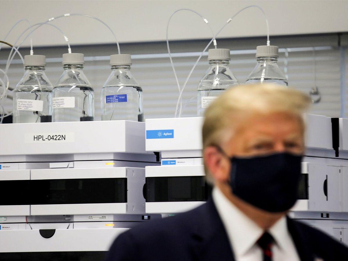Foto: Donald Trump visita una planta de producción de la vacuna Novavax. (Reuters)