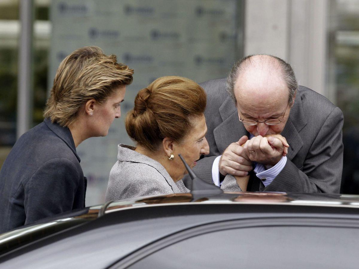 Foto: Rafael Spottorno saluda a la infanta Margarita y a su hija, María Zurita. (EFE)