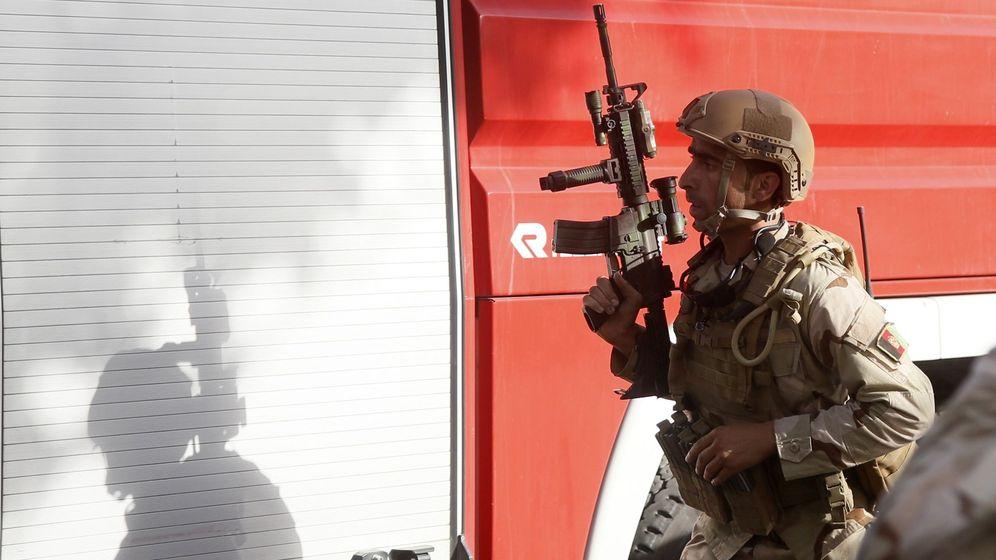 Foto:  Un miembro de las fuerzas de seguridad afganas monta guardia en las inmediaciones de la embajada iraquí tras el ataque del grupo Estado Islámico (EFE)
