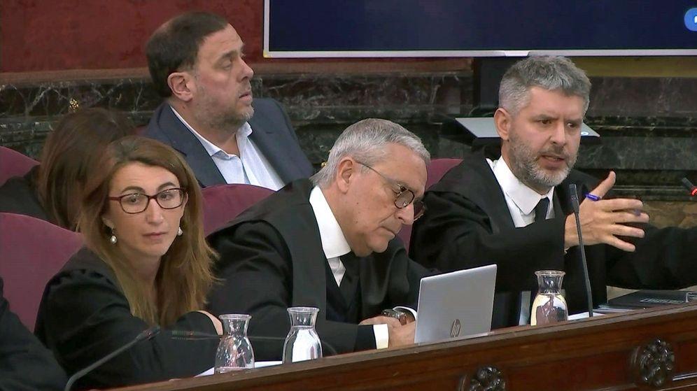Foto: Imagen tomada de la señal institucional del Tribunal Supremo de los abogados Andreu Van Den Eyden (d) y Xavier Melero (c). (EFE)