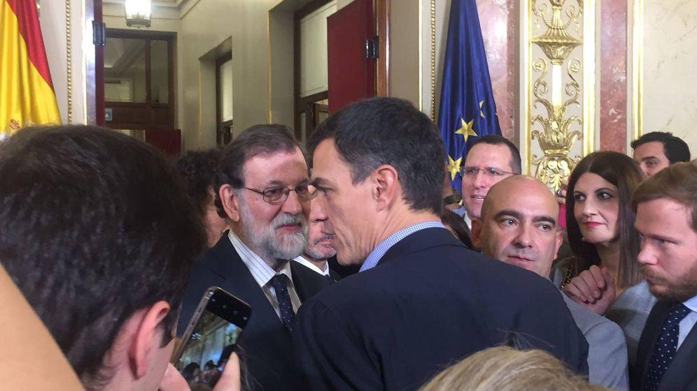 Foto: Mariano Rajoy saluda a Pedro Sánchez en el Día de la Constitución en el Congreso. (J.R)