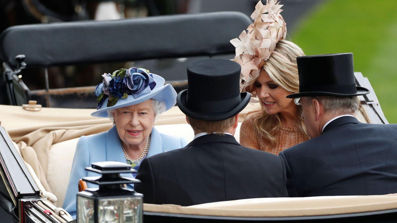 La reina Isabel II, junto al príncipe Andrés, duque de York, y los reyes Guillermo y Máxima de Holanda en su llegada a Ascot. (Reuters)