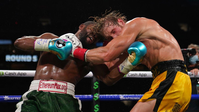 Mayweather conecta un buen golpe al cuerpo de Paul. (Reuters)